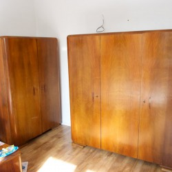 Hotové skrine, stačí len preleštiť včelým voskom
