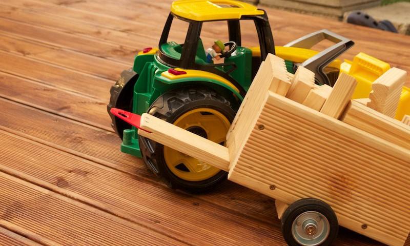 Traktor s naloženým prívesom